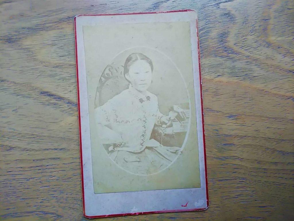 【古写真の調査後売却】美しい女性の肖像(鶏卵紙、台紙貼り付け)