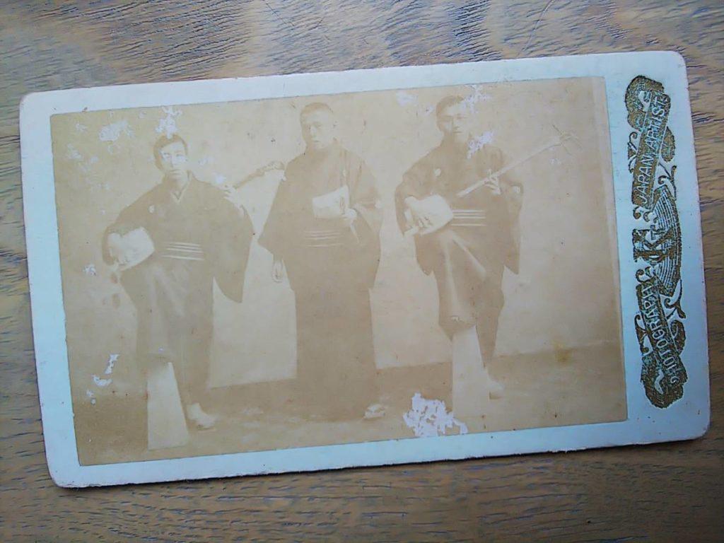 【古写真の調査後売却】長唄と三味線を持つ3人肖像(鶏卵紙台紙貼り付け)