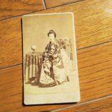 【古写真の調査後売却】座った和服姿の美人(鶏卵紙、写真師・松本勝太郎)