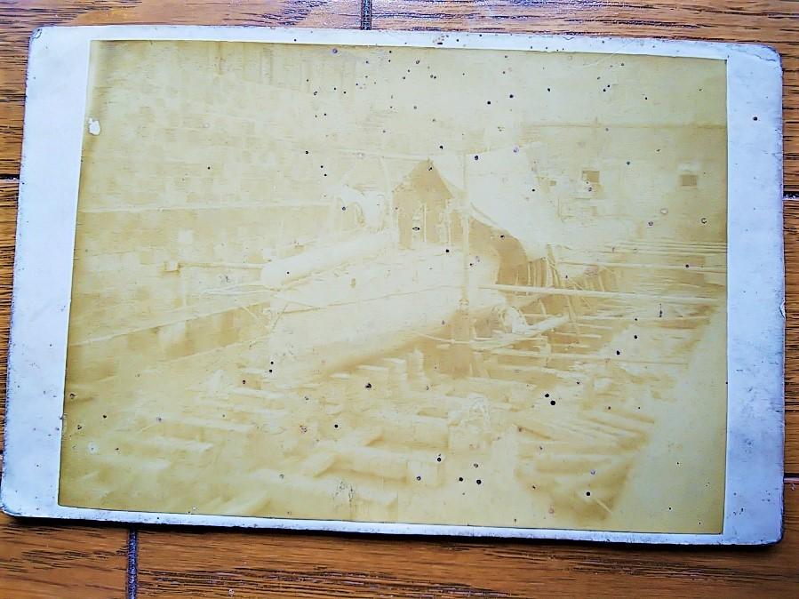 【古写真の調査後売却】横須賀海軍施設ドック内・第一号型水雷艇(鶏卵紙、台紙貼付)