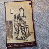 【古写真の調査後売却】美しい芸妓の肖像(鶏卵紙、台紙貼付)