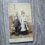 【古写真の調査後売却】上流階級の少女たち(写真師・登美嶋、鶏卵紙、台紙貼付)
