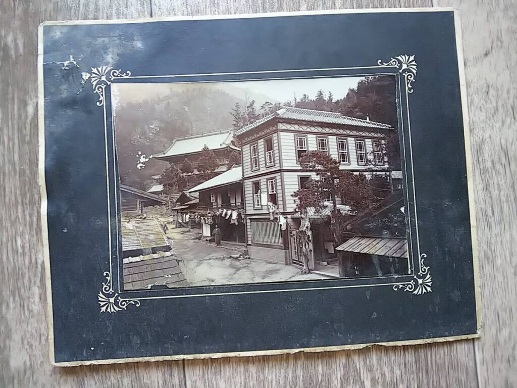【古写真の調査後売却】山梨甲府・山門と旅館(旅籠)のある風景(大判、台紙貼付)