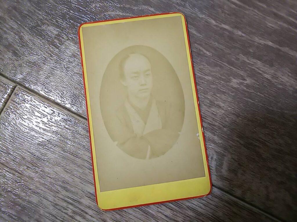 【古写真の調査後売却】(鶏卵紙、台紙貼付)丁髷の商人