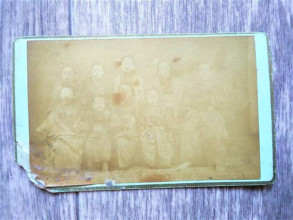 【古写真の調査後売却】内田九一の緑色台紙に貼られた人物集合写真(鶏卵紙、台紙貼付)