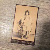 【古写真の調査後売却】写真師・成井頼佐撮影の美しい芸妓の肖像(鶏卵紙、台紙貼付)