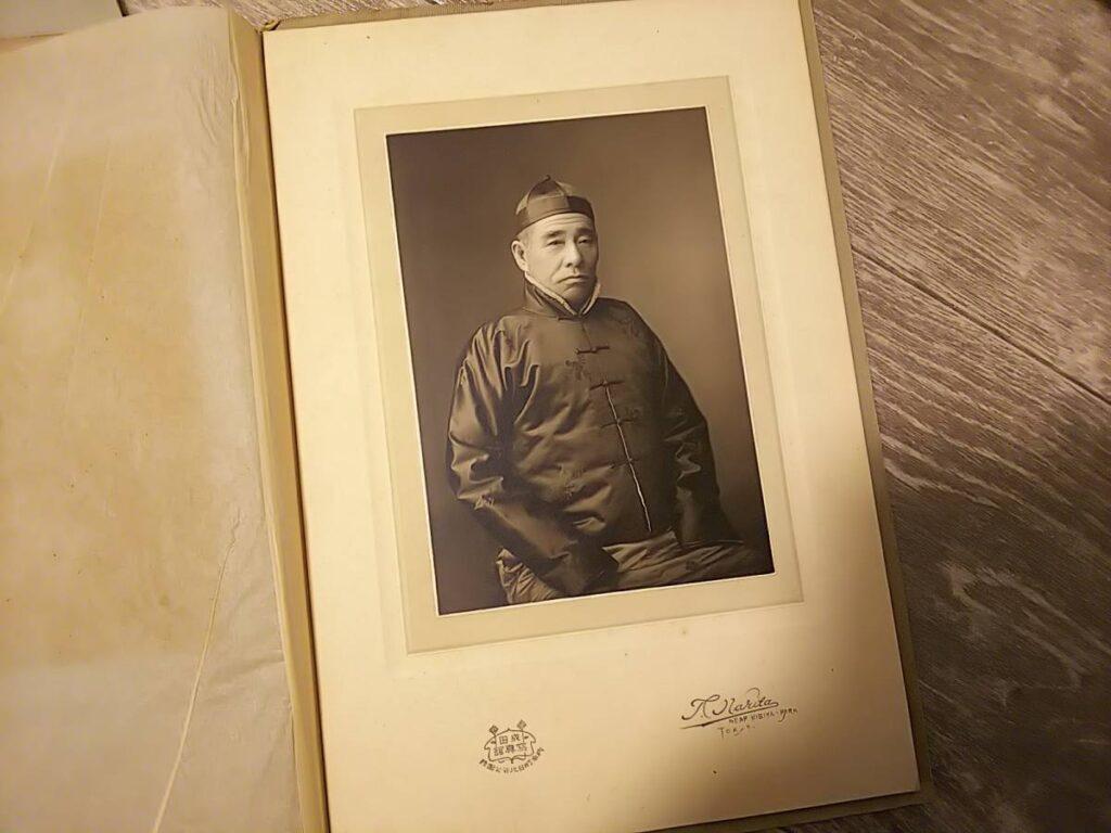 【古写真の調査後売却】真珠王・御木本幸吉未発見の正装肖像写真(写真師・成田常吉、台紙貼付)